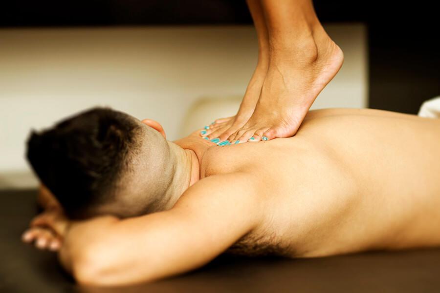 Uma de nossas terapeutas fazendo Rhamaterapia em um cliente